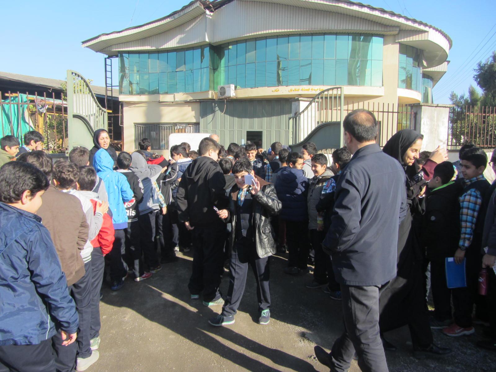 دانش آموزان دبستان فروغ دانش از شرکت صنایع چاپ و بسته بندی سیرنگ بازدید کردند