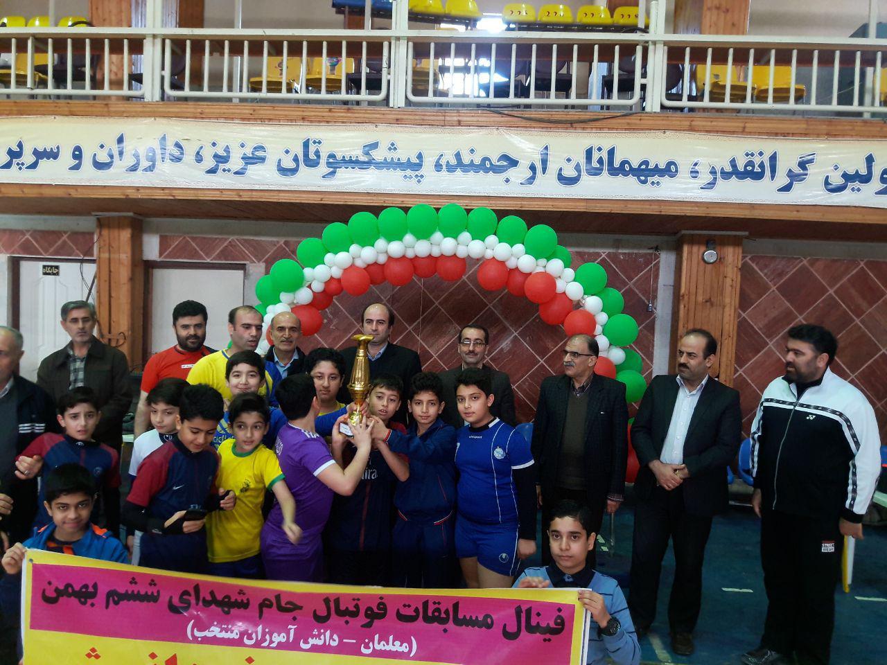 فینال مسابقات فوتبال جام شهدای ششم بهمن ماه بین دبیران و دانش آموزان منتخب دبستان فروغ دانش برگزار شد.