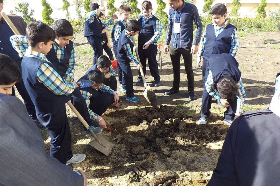 برگزاری اردوی علمی دانش آموزان پایه پنجم در مزرعه اکسین آمل