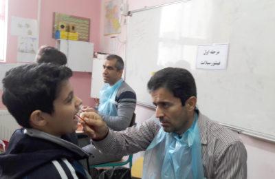 طرح فلورایدتراپی دندان دانش آموزان توسط دندانپزشک در مدرسه اجرا شد